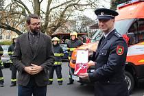 Chodovští dobrovolní hasiči převzali slavnostně nový, víceúčelový vůz.