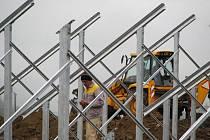 JEDEN z dělníků montujících konstrukce pro moduly, které budou zachytávat sluneční svit. Hotovo by mělo být do konce května letošního roku.