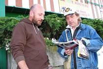 Také v Sokolově si od včerejška mohou lidé pročítat časopis Nový prostor. U obchodního střediska Ural ho nabízí Antonín Barták (vpravo), který bydlí v azylovém domě.