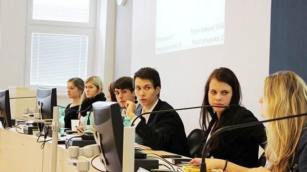 STAROSTOU si gymnazisté zvolili Patrika Pursche. Při jednání se přitom museli držet reálného jednacího řádu.