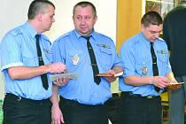 PŘI OSLAVÁCH byli oceněni dlouholetí i bývalí strážníci.