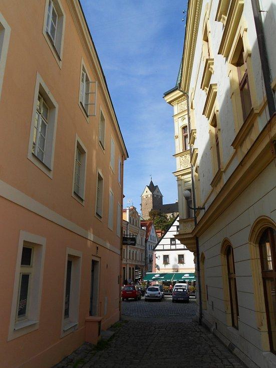 Loket je historickéměstona východním okrajiokresu Sokolov. Žije zdepřibližně 3100 obyvatel.
