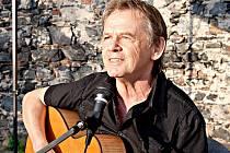 Vojta Kiďák Tomáško zpívá a hraje lidem už více jak padesát let.