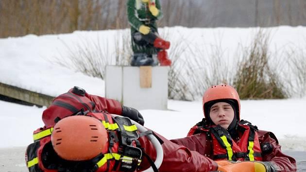 CVIČENÍ hasičů na rybníku v Horách.