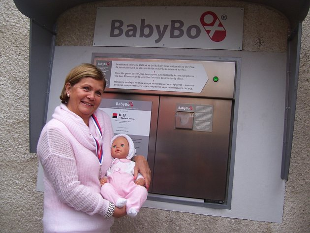 LÉKAŘKA Věra Procházková předvedla manipulaci se schránkou, panenka posloužila jako model.