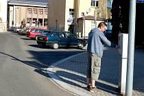 Řidiči v Kraslicích zase začnou platit v parkovacích zónách.