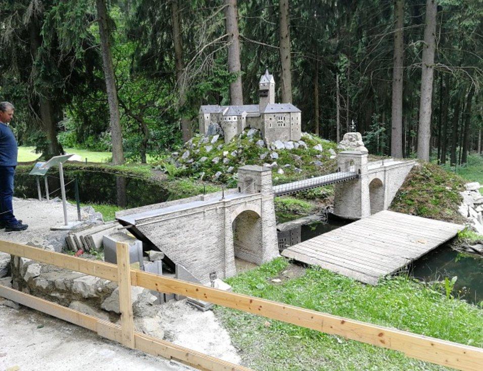 Řetězový most s hradem v parku Boheminium.