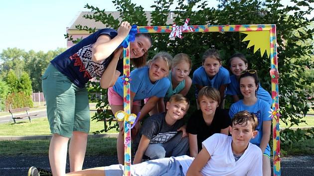 Než zazvoní byl vloni poslední příměstský tábor DDM. Děti si vyráběly i rámeček na společnou fotografii.