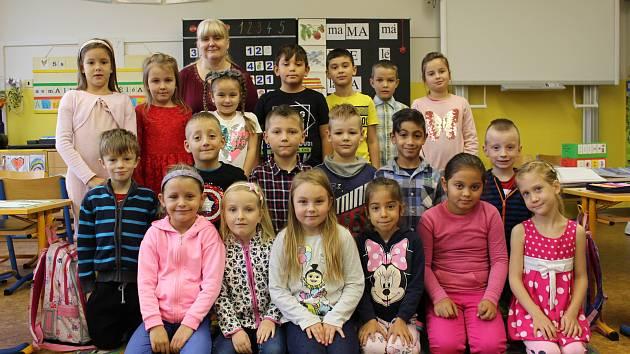 Prvňáčci z 1.A Základní školy Chodov, Školní, s třídní učitelkou Lenkou Srnkovou.