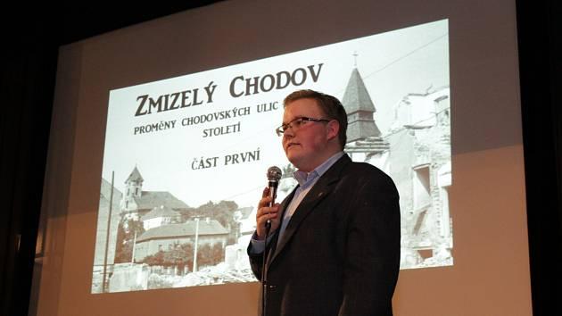 Plné hlediště se zaujetím poslouchá přednášku historika Miloše Bělohlávka.