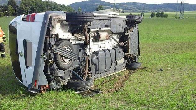 Auto vylétlo ze silnice, cestovaly v něm i čtyři děti.