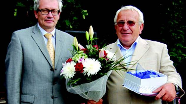 Starosta Královského Poříčí se dočkal gratulace i od hejtmana Karlovarského kraje Josefa Pavla (zprava).