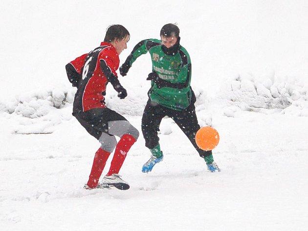Zimní turnaj Baníku Sokolov: Spartak Chodov - FK Baník Sokolov U19 (v zeleno - černém)