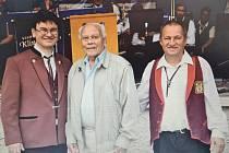 Karel Hájek (uprostřed) se svou oblíbenou Horalkou i jedním ze svých německých žáků