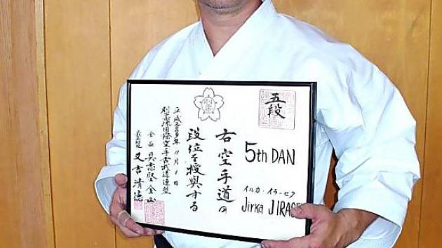 KARATISTA Jiří Jirásek získal v Japonsku 5th Dan. Na snímku drží ručně psaný certifikát, který zkoušku stvrzuje.