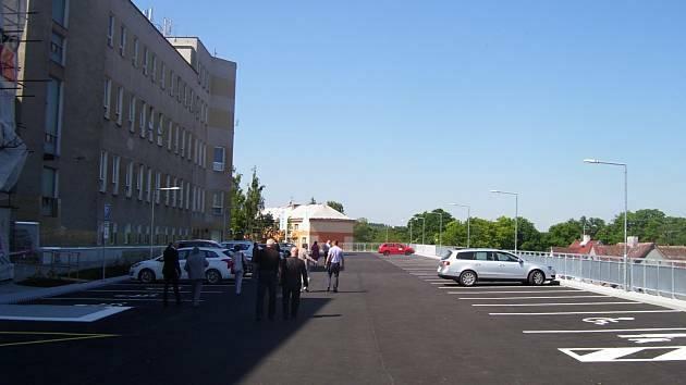 Jediným parkovacím domem v Sokolově bude prozatím jen ten v nemocnici