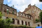 Záchrana hradu Hartenberg v Hřebenech po ničivém požáru probíhá postupně od roku 2000.