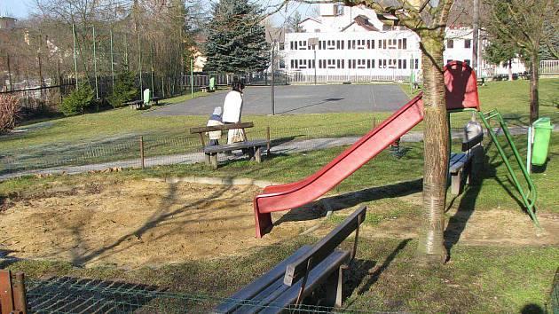 Kynšperská radnice chce za pomoci grantů Nadace ČEZ zvelebit dětská hřiště na sídlištích. Zatím neměla v tomto programu štěstí.