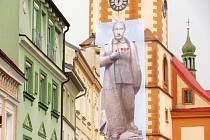 PLACHTA s vyobrazením Putina na kostele na Starém náměstí