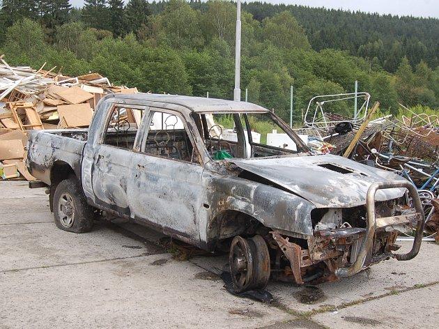 Zloději zapálili auto kraslických technických služeb.