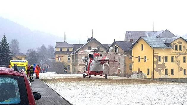 Pro zraněnou osobu přiletěl do Oloví vrtulník. Ta ale nakonec letecký transport nepotřebovala.