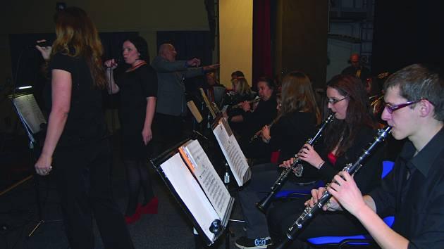ZÁBAVNÍ dechový orchestr základní umělecké školy oslavil při koncertu k Mezinárodnímu dni žen dvacetileté výročí.