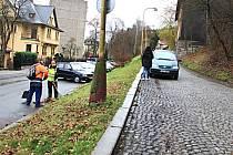 U SILNICE k vlakovému nádraží chybí chodník. Město Kraslice chce v rozpočtu a potažmo za pomoci dotace silnici možná už příští rok rozšířit a vybudovat chodník.