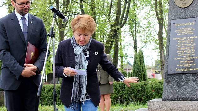 PIETNÍHO AKTU se v Chodově zúčastnila vnučka Konstantina Melnika. Na snímku při projevu u hromadného hrobu na tamním hřbitově.
