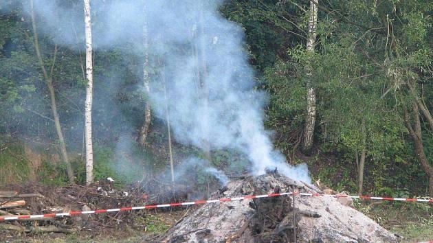 Ještě ve čtvrtek ráno doutnala nedaleko řeky hromada dřeva. Do centra se tak linul zápach spálenin.