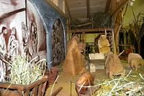 NA VÝROBU betléma použili odsouzení lipové dřevo, kořeny stromů, větve či seno.