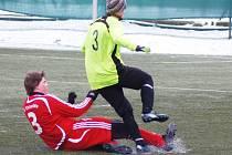 Zimní turnaj FK Baník Sokolov: TJ OSS Lomnice - SV Steinmühle (v červeném)