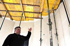 ŘEDITEL MUZEA v Sokolově Michael Rund ukazuje na havarijní stav stropu v jedné z místností. Dělníci tam museli vybudovat opěry.