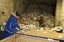 Historická továrna se mění v třídírnu odpadu.