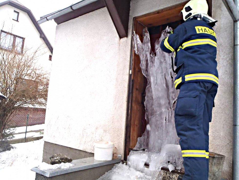 BARÁČNÍKOVI pomohli dostat se do domu až hasiči. Dveře od něj byly pokryté ledem.