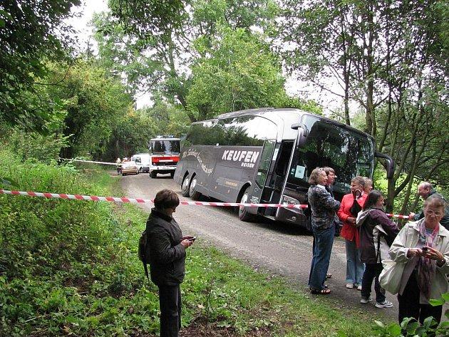 AUTOBUS plný zahraničních turistů byl nucen kvůli dopravní nehodě přerušit svou včerejší jízdu.