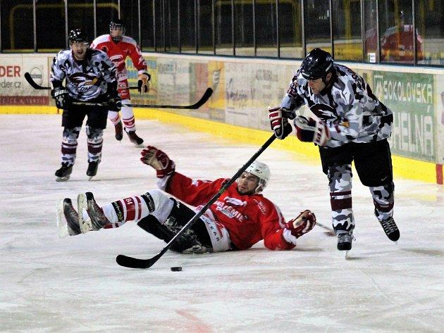 Utkání Kynšperského poháru v ledním hokeji Falconi vs. Akademie K Arény (v červeném)