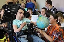 Během poslední besídky ve školním roce se klienti Mateřídoušky vydali na cestu kolem světa.