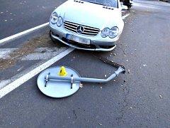 Na kruháč vjel příliš rychle, narazil do mercedesu. Škoda je 160 tisíc korun.