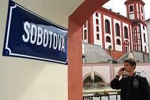 Po známém knihaři Janu Sobotovi nechalo město přejmenovat ulici Sklenářskou na Sobotovu.