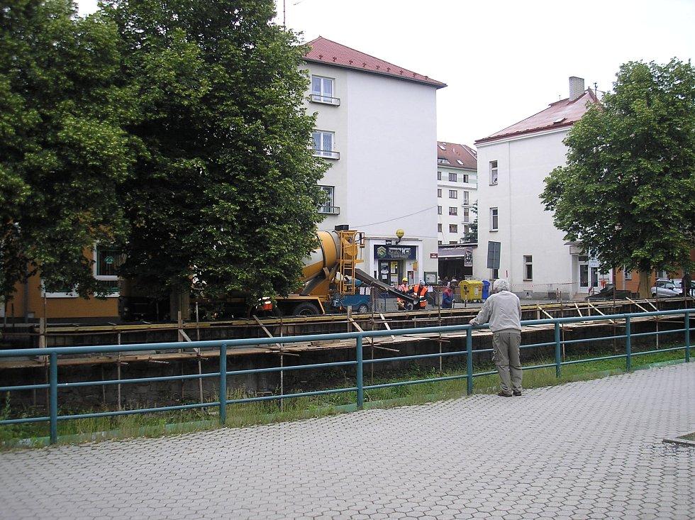 Nábřeží Petra Bezruče  v Sokolově prochází v těchto dnech rekonstrukcí.