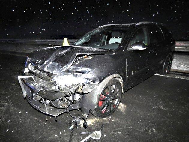 Řidič dostal na D6 smyk a skončil ve svodidlech.