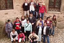 VÝLET NA HRAD LOKET. Spolu s klienty Chráněného bydlení v Sokolově vyrazily dobrovolnice z občanského sdružení Střípky na loketský hrad. Prohlédli si rovněž náměstí i okolí.