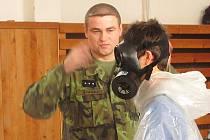 PLYNOVOU MASKU a další výbavu si mohli školáci vyzkoušet na vlastní kůži. Kromě toho je vojáci seznámili také s obecnými fakty o armádě, historií zbraní hromadného ničení, ale především se podělili o některé vlastní zážitky – třeba z mise v Afghánistánu.