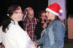 Dobrovolnice Dolmenu Lucie Křenková (vpravo) slyšela na večírku slova díků a uznání od všech.