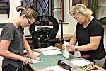 Výtvarné dílny i kurzy jsou v loketské knihovně časté a oblíbené. Na snímku jsou účastnice kurzu knižní vazby.
