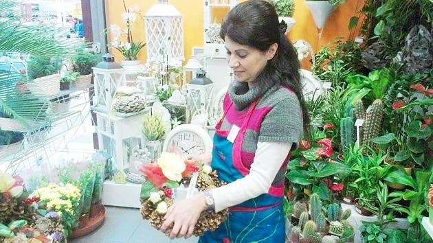 LIDÉ dávají přednost živým květinám a věnečkům, průměrně utratí na dušičky kolem 200 korun