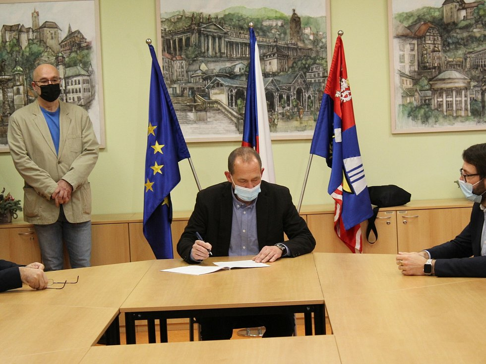 Karlovarský kraj má nové vedení. Koaliční smlouvu podepsalo sedm partnerů.