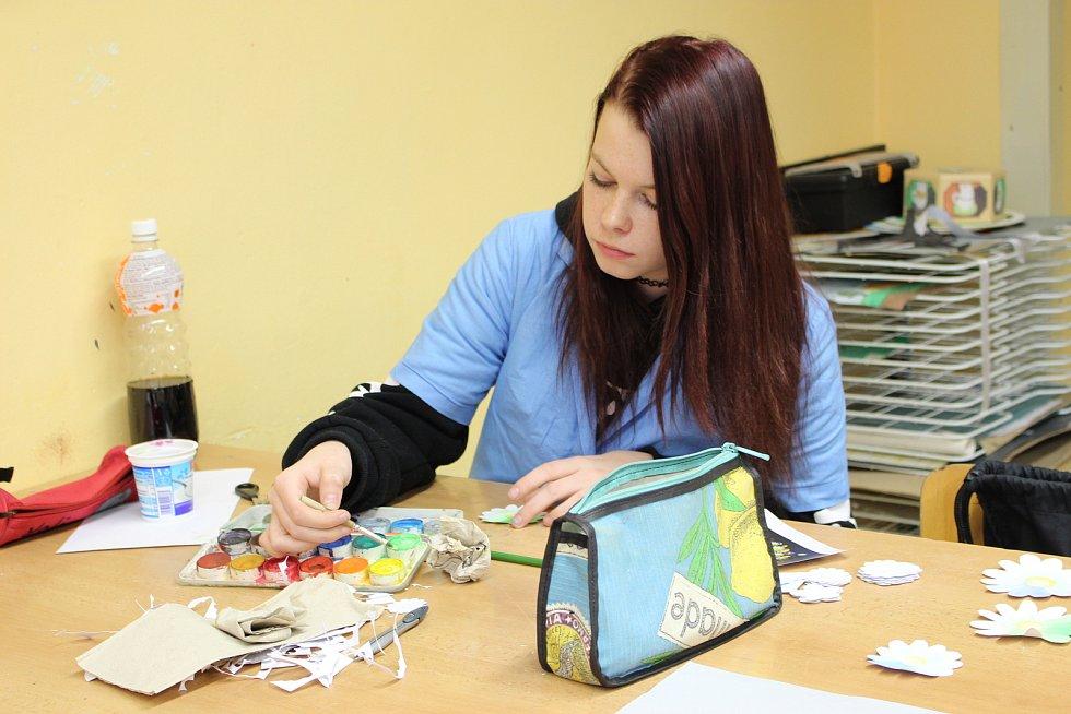 Aranžéři umí využívat grafické programy, vytvářet návrhy a vyrábět vizitky, plakáty, polepy aut, bannery, různé reklamní předměty, jako jsou hrníčky, placky, puzzle.