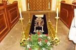 Franz Flamin von Plankenheim je v kostele sv. Vavřince připraven na slavnostní obřad.