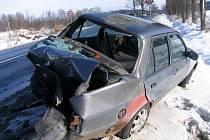 RÁNA ZEZADU. Po nárazu bylo osobní vozidlo Ford odmrštěno mimo komunikaci.